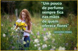 Um pouco de perfume sempre fica nas mãos de quem oferece flores